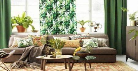 Una sala de estar con decoración estilo tropical