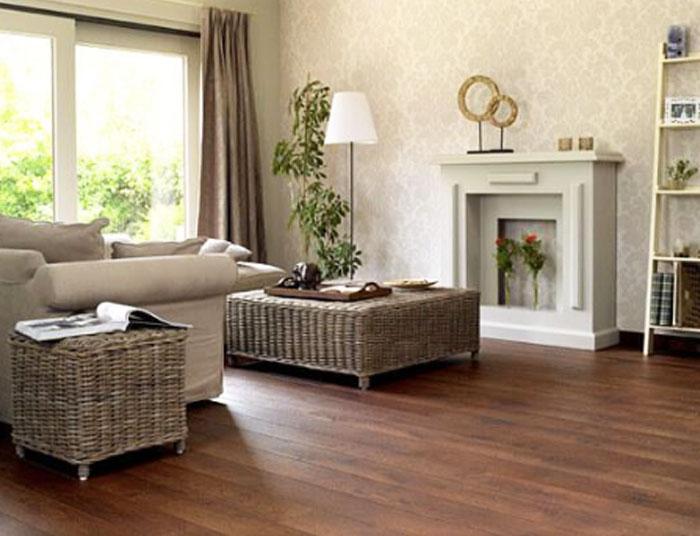 Un salón como ejemplo para combinar muebles y parquet con tonos marrones
