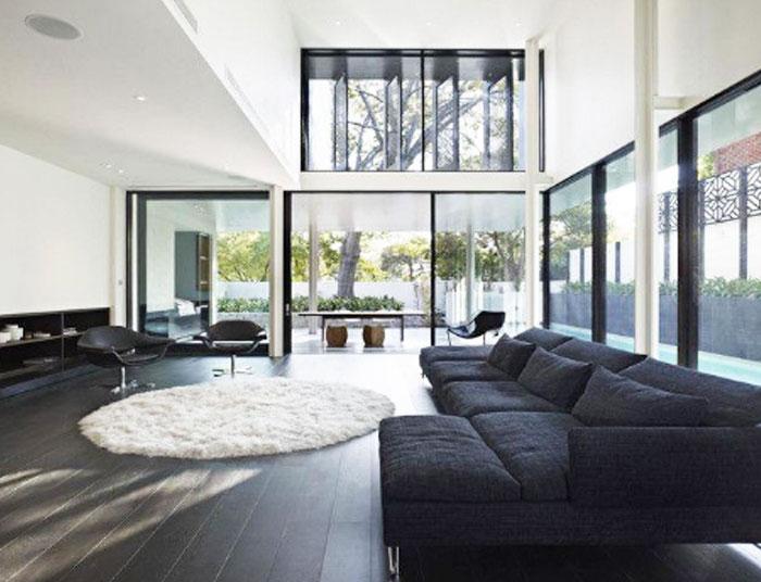 Un salón espacioso como ejemplo para combinar parquet y muebles oscuros